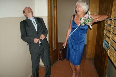 Lars og mor diskuterer hva de skal gjøre med skaden til Tone.