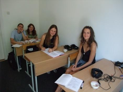 En oppvakt klasse språkeelever i Kiev med innehaver av språskolen, Olga Jurjevna, aller fremst.
