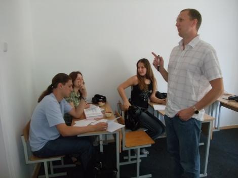 En engasjert lærer og elever som ikke følger med - akkurat som hjemme i Norge