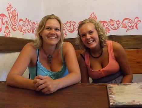 Og herer Tone og Tonje på trebenkrestaurant i Hydropark, Kiev.