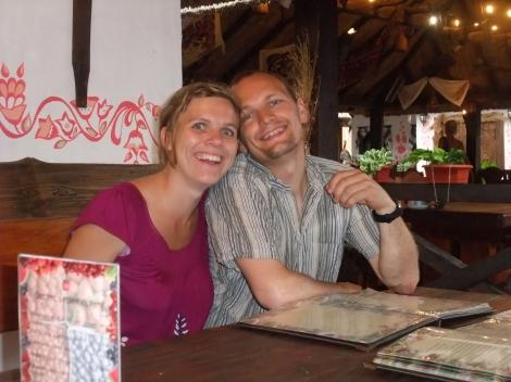 Trude og Lars tenker også på hva de skal bestille, eller på hvor lykkelige de er.