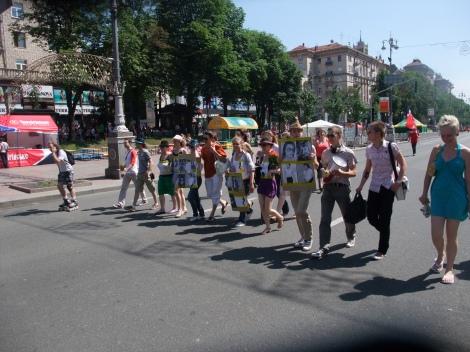 Minnemarkerien for Michael Jackson på vei oppover hovedgaten i Kiev.