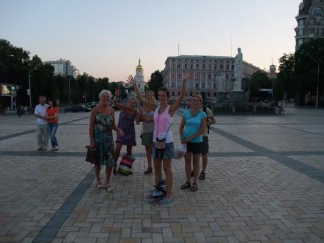 Mor, Tonje, Tone (delvi skjult), Olia, Trude, Lars (bak Trude)