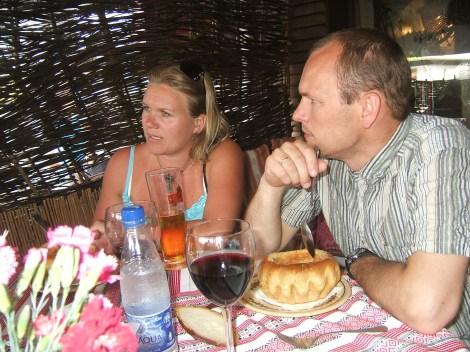 Tone med øl, Lars med vin, begge med ukrainsk suppe, borsj