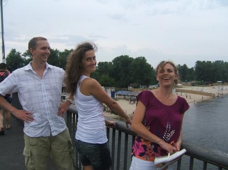 Trude og jeg med min neste dag blivende kone på broen i Hydropark, der mange gærninger hopper fra.