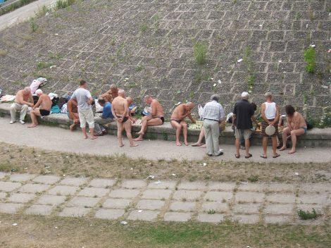 Feite menn i badebukse - spiller sjakk. Hydropark, Kiev.