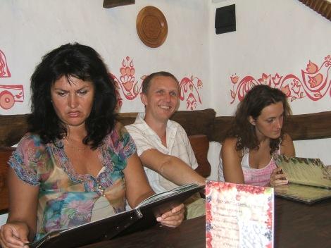 Olia og mama Irina tenker gjennom hva de skal bestlle, mens jeg er bare lykkelig.
