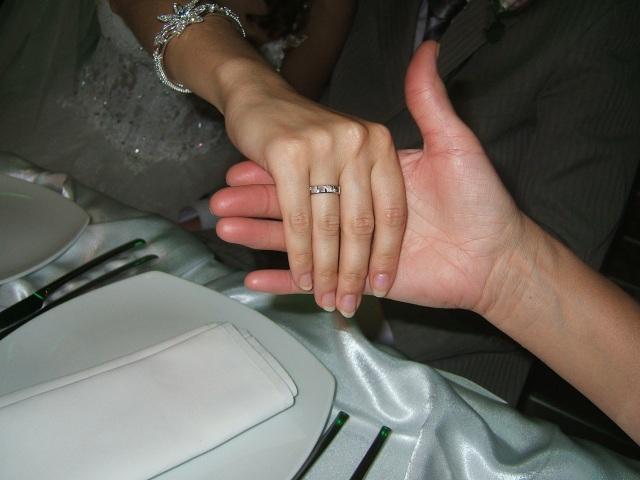 Olia med ring, hender
