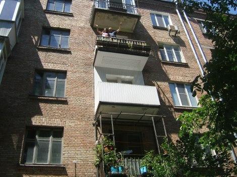 Vi vinker fra balkongen som var det reneste 17'de mai.
