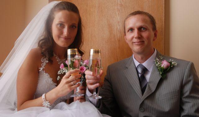 Vi har giftet oss, og nyter vår champagne.