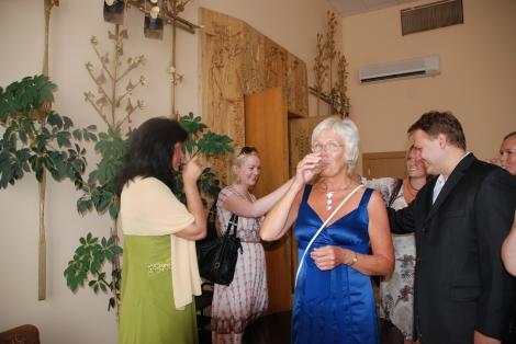 Mor er veldig fin i dette bildet her. Alle skåler over at vi har giftet oss.