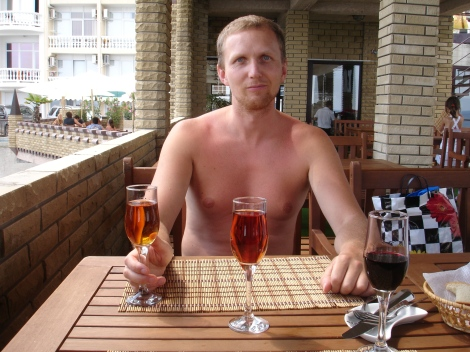 Jeg drikker vin på favorittrestauranten, Santa Barbara.