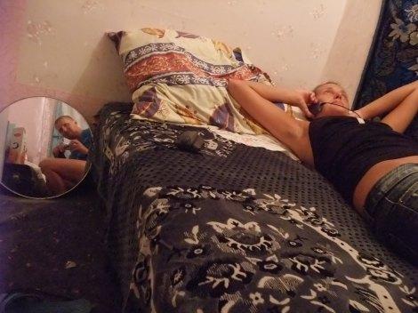 Olia ligger på sengen, jeg tar bilde. Sånn er rommet vårt. Mer er det ikke.