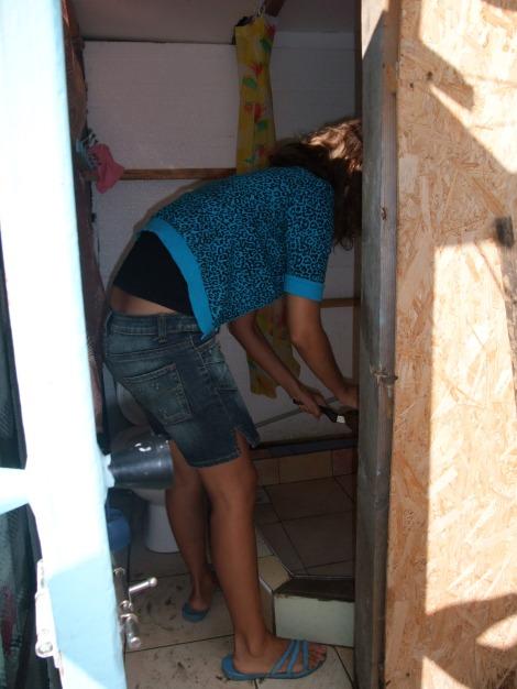 Sånn er toalettet vårt. Olia henter vann i dusjen.