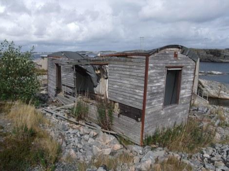 Eksempel på ødelagt brakke på Toftestallen, Sotra, i forbindelse med bølgekraftverket som en gang var der.