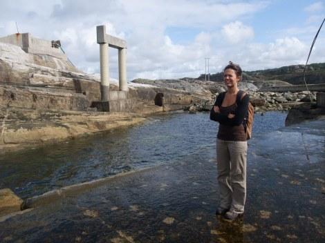 Her står Henriete og ser på ruinene av det nedlagte og ødelagte bølgekraftverket.