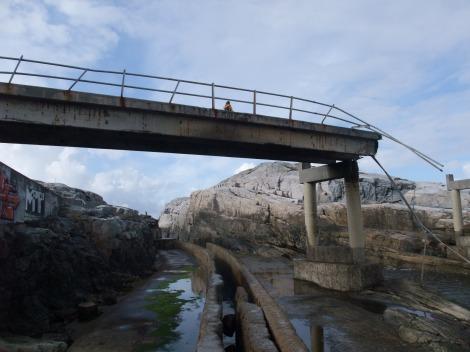Henriette har tatt sjansen på å gå opp på den ødelagte broen ved bølgekraftverket.