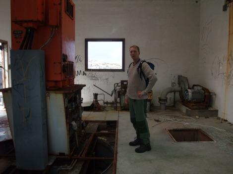 Her står jeg inne i det lille betonghuset, hvor kraften antagelig ble produsert.