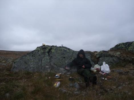 Frokost med egg og bacon blir tilberedt første morgenen i Hardangervidda nasjonalpark.