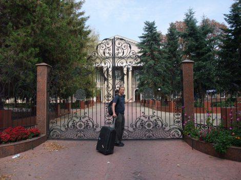 Med sin forkjærlighet for oppstilte bilder har Olia her silt meg opp foran det medisinske fakultetet i Simeropol.