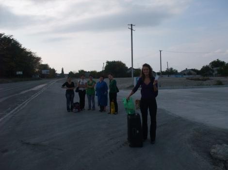 Olia med bussbilletten til Sudak på bussholdeplassen i ødemarken hvor vi var satt av. Vi venter på buss tilbake Simeferopol, og nytt forsøk på å komme oss til Evpatoria.