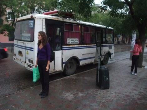 Dette bildet er helt avslørende. Olia står ved siden av bussen til Molotsjnoje - uten å huske at det er dit vi skal!