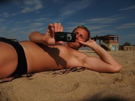 Jeg ligger oppstilt i det lave sollyset og tar et naturlig bilde av Olia.