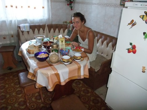 En helt karakteristisk frokost fra vår siste dag i Molotsjnoje. Sånn ser det ut.