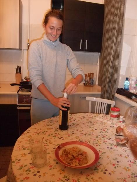 En strålende vakker Olia serverer plov og vin