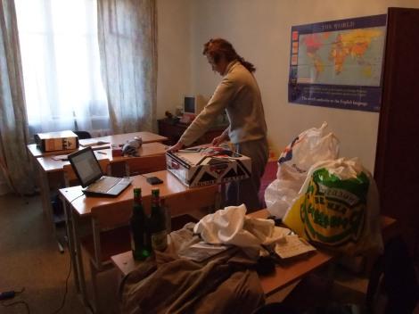 Her ser vi alt Olia har å pakke ned i kofferten. Vær oppmerksom på at det hun her taper inn, er rulleskøytene mine (som jeg legger igjen).