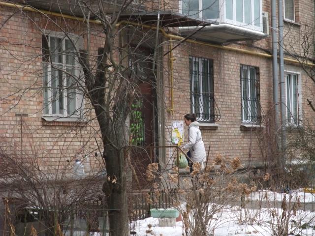Olia går inn i leiligheten i Petsjersk for å ta avskjed med familien.