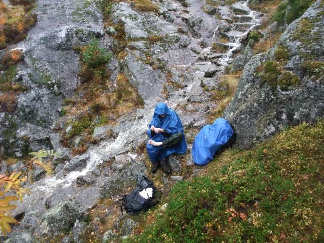 Regnvær på fjellet, Fjelltur, Rast
