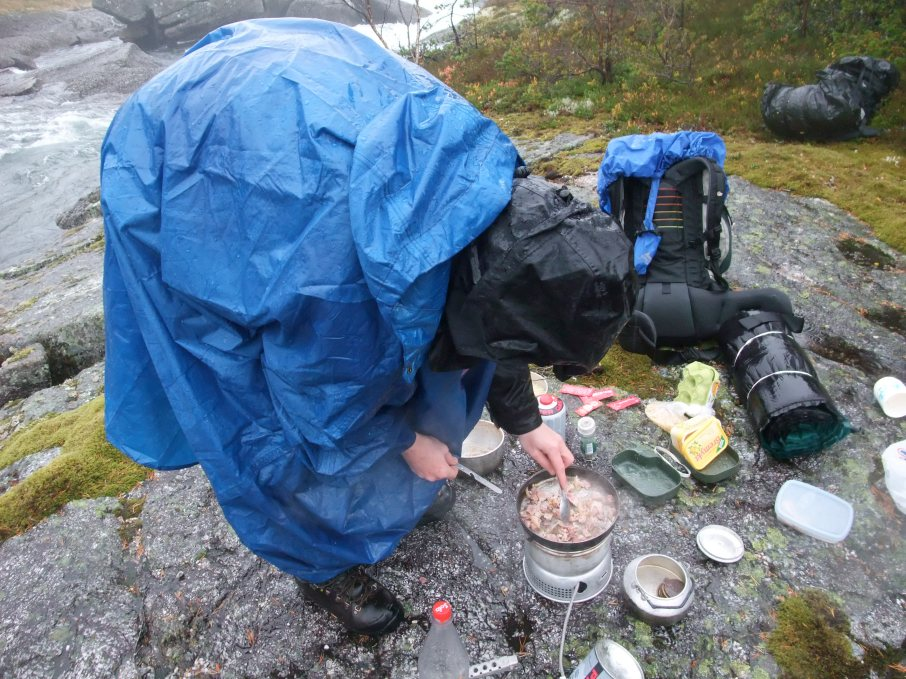 Lunsj i regnvær, Fjellet, Hardanger, Regnkappe