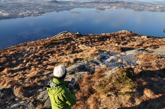 Det er til og med et par isråker på Gandsfjorden. Mor er opptatt med telefonen sin.