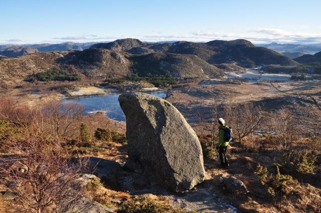 Denne steinen er veldig lett å legge merke til. Den er på nedsiden av Dalsnuten. Revholdstjørn er lenger nede.