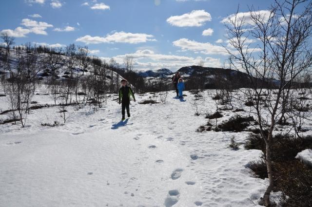 Andreas først, så Tone og Sara, kommer fylt av kvikklunsj opp på platået hvorfra vi kan bestemme hvor vi skal spise lunsj.