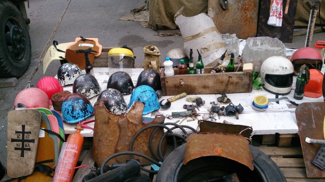 Her ligger noe av utstyret som er brukt i kampene i Kiev.